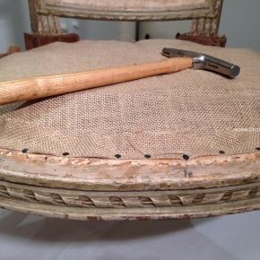 Réfection fauteuil Louis XVI – Du dégarnissage à la mise encrin