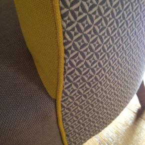 Une combinaison de tissus audacieuse pour relooker un fauteuilcrapaud.